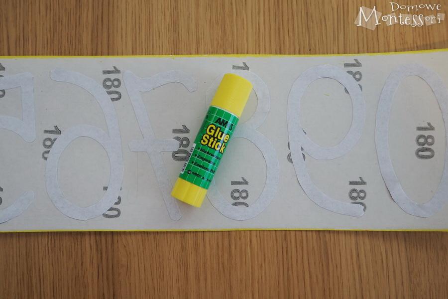 Przyklejenie cyfr do papieru ściernego